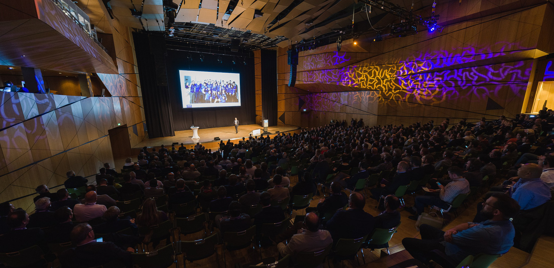 The auditorium in the darmstadtium was full to the very last seat.
